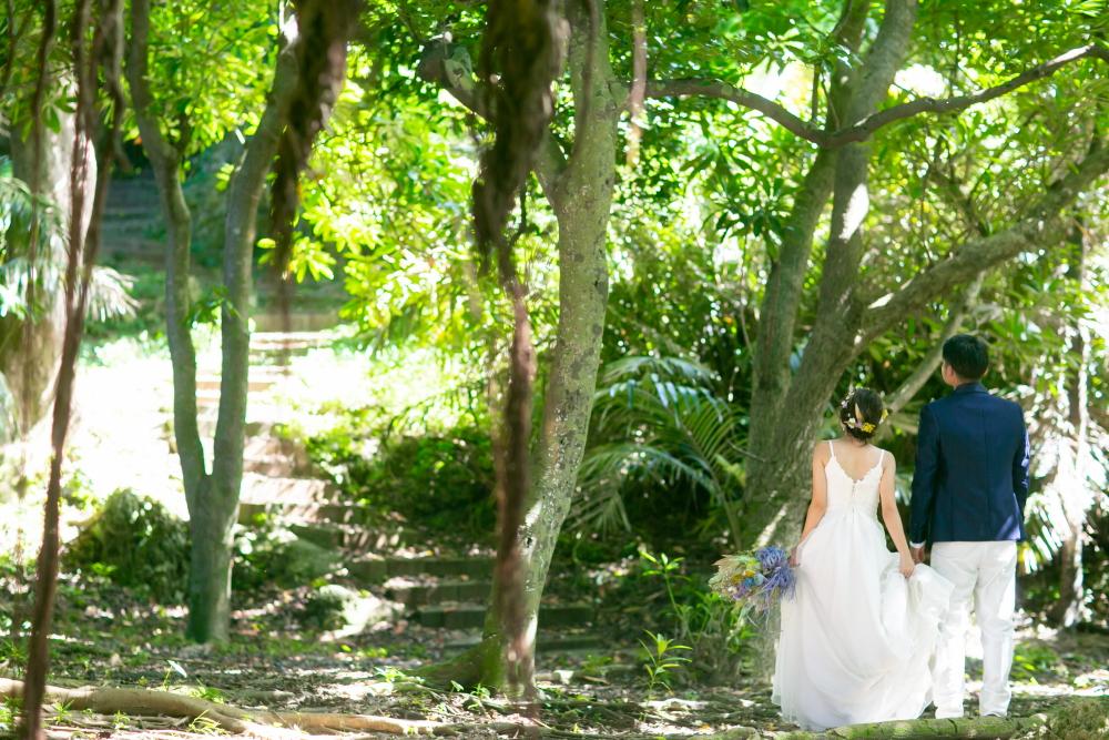 ガジュマルの木下でフォトウエディング
