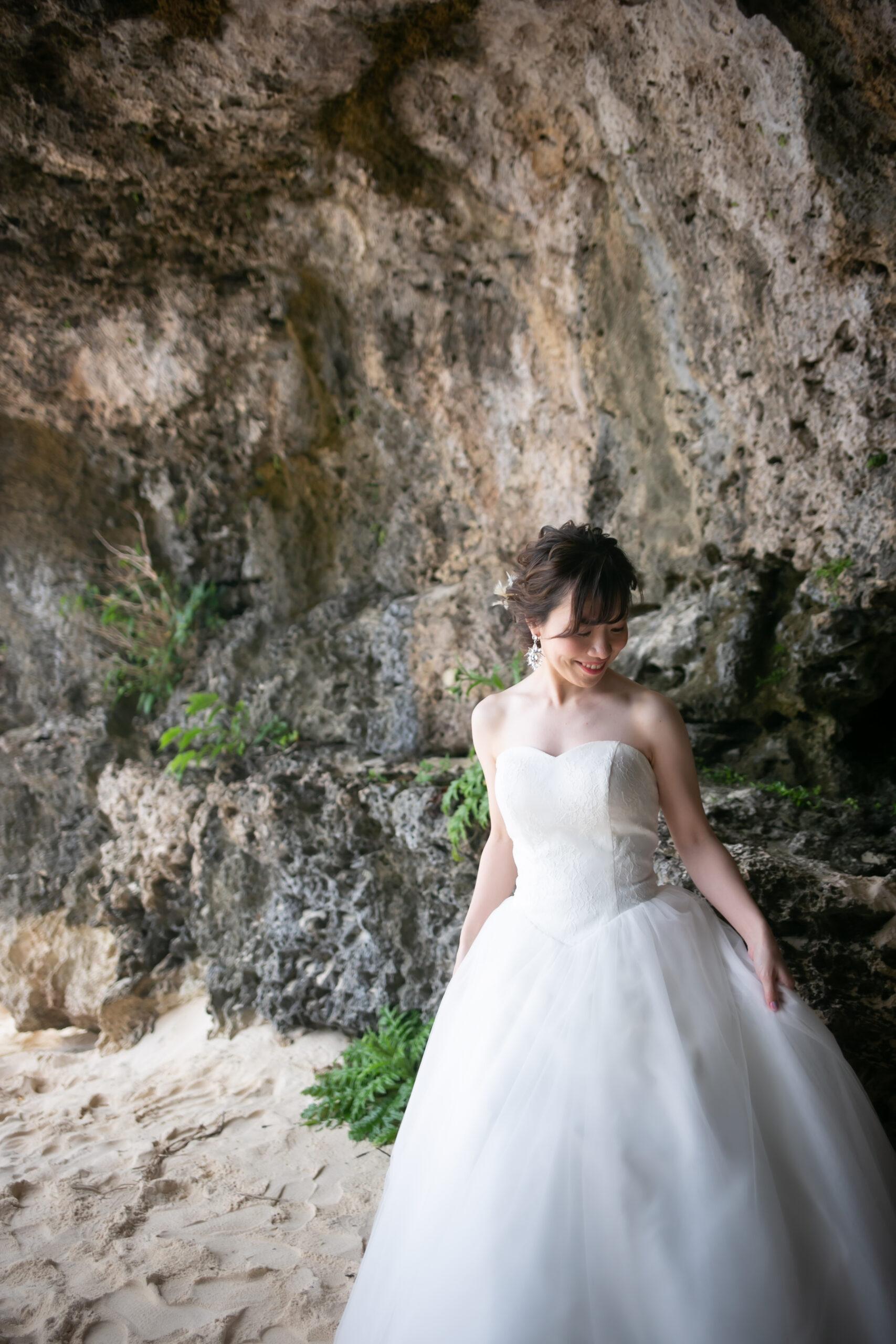 洞窟前にて新婦一人写し